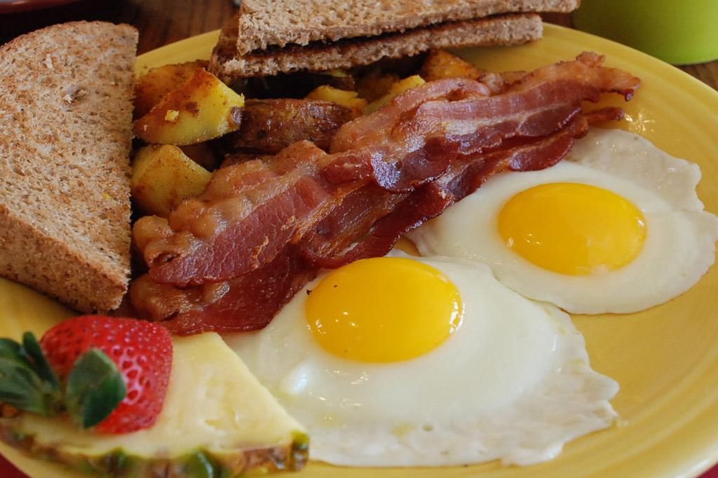 Huevos con Tocino y Colesterol